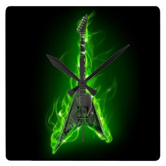 La guitarra en verde flamea el reloj de pared