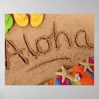 La hawaiana de la palabra escrita en una playa are poster