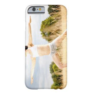 La hembra hace estiramiento de la yoga funda de iPhone 6 barely there