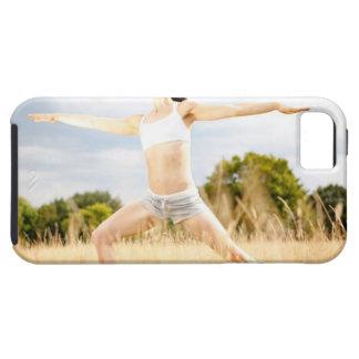 La hembra hace estiramiento de la yoga funda para iPhone 5 tough