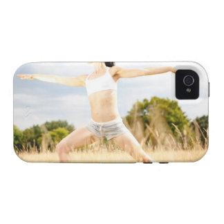 La hembra hace estiramiento de la yoga iPhone 4/4S carcasas
