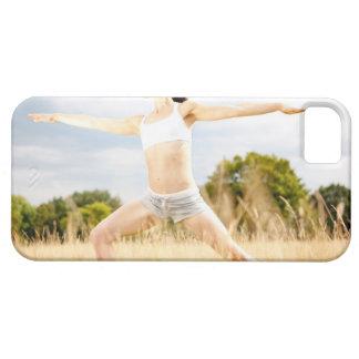 La hembra hace estiramiento de la yoga iPhone 5 fundas
