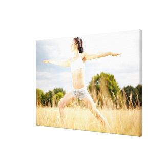 La hembra hace estiramiento de la yoga lona estirada galerias