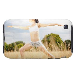 La hembra hace estiramiento de la yoga tough iPhone 3 protectores