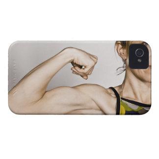 La hembra rubia joven dobla el músculo del bíceps iPhone 4 cobertura