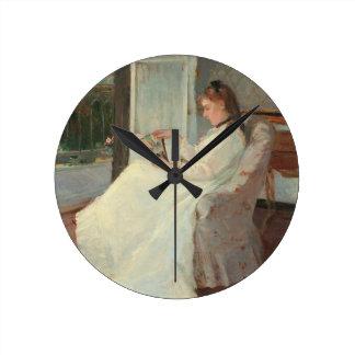 La hermana del artista en una ventana, 1869 reloj redondo mediano