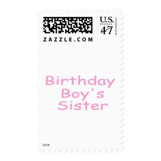 La hermana del muchacho del cumpleaños estampilla