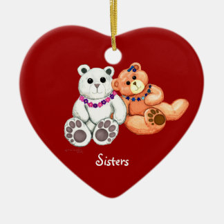 La hermana lleva el ornamento adorno navideño de cerámica en forma de corazón