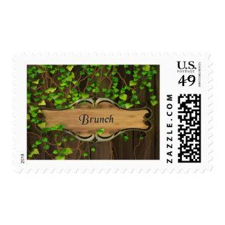 La hiedra cubrió la cerca y el brunch de madera timbres postales