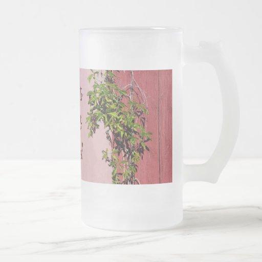 La hiedra que sube del boda rojo y rosado bebe el  taza