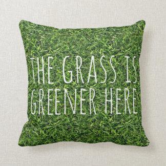 La hierba es más verde aquí cojín decorativo