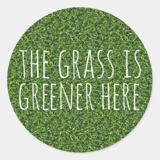 La hierba es más verde aquí etiqueta redonda