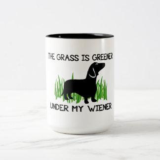La hierba es más verde debajo de mi perrito taza de dos tonos