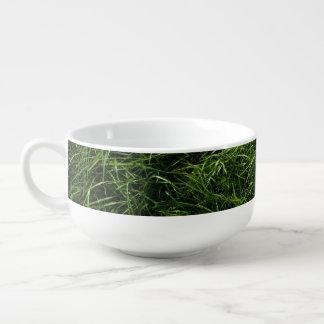 La hierba es siempre un cuenco para sopa más verde