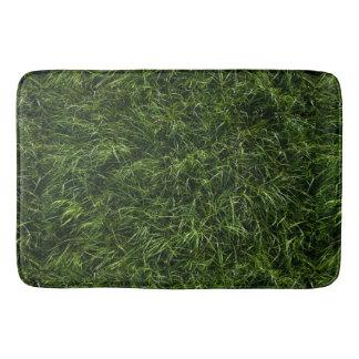 La hierba es siempre una estera de baño más verde