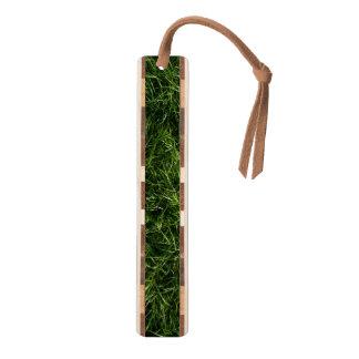 La hierba es siempre una señal más verde marcapáginas de nogal