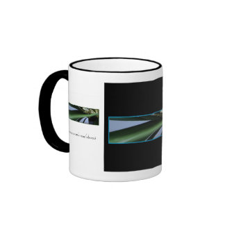 La hierba y el café y el té del brezo asaltan taza de dos colores