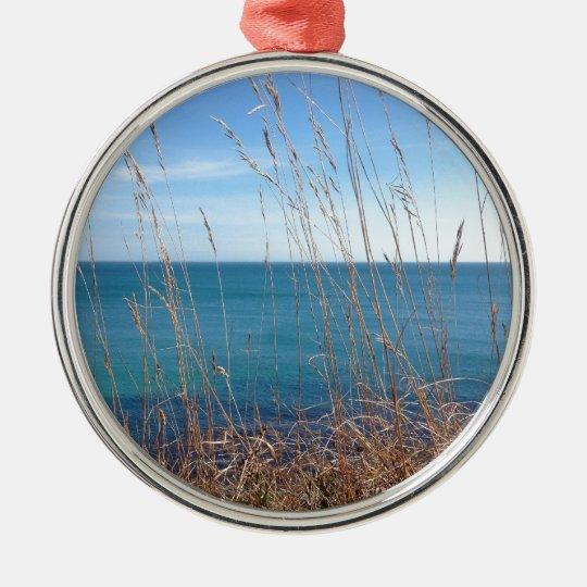 La hierba y el mar hermosos adorno navideño redondo de metal