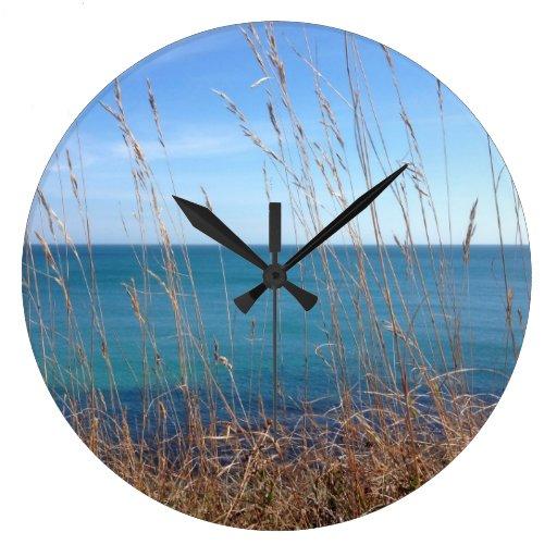 La hierba y el mar hermosos reloj redondo grande