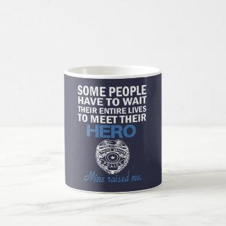 LA HIJA DEL OFICIAL DE POLICÍA TAZA DE CAFÉ