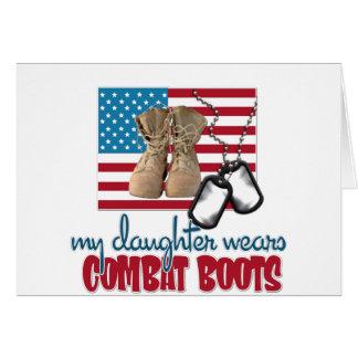 La hija lleva botas de combate tarjeta de felicitación