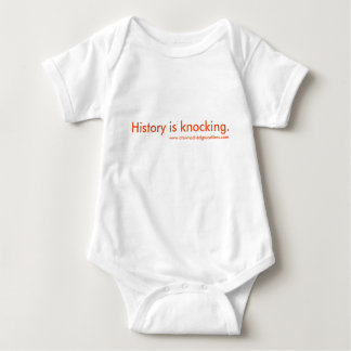 La historia está golpeando al bebé body para bebé