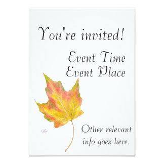 La hoja de arce en otoño colorea amarillo y el oro invitacion personal