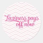 La holgazanería ahora paga apagado rosa etiquetas redondas