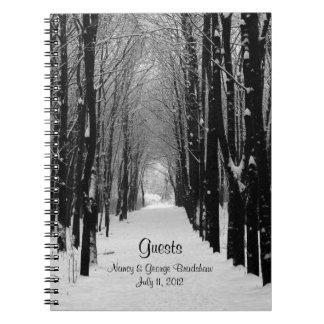 La huésped del boda del invierno firma adentro el  cuaderno