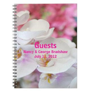 La huésped del boda firma adentro el cuaderno