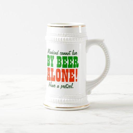 La humanidad no puede vivir por la cerveza solamen taza de café