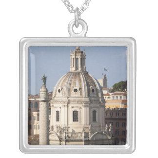 La iglesia de Santissimo Nome di Maria y Colgante Cuadrado