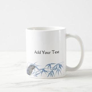 La iguana azul con el azul sale de la taza