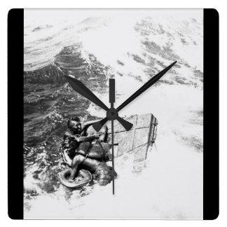La imagen rescuing_War de U.S.S. Queenfish Reloj Cuadrado