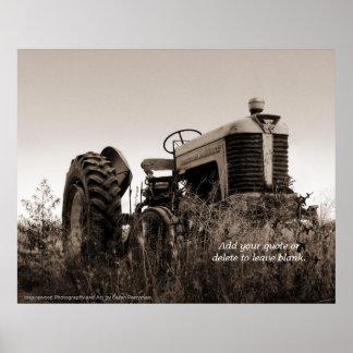La impresión adaptable del tractor viejo póster