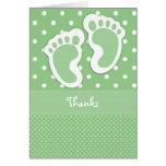 La impresión verde del pie del bebé le agradece ca tarjeton