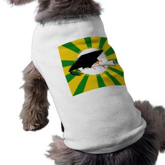 La inclinación del casquillo del graduado con la e camisetas mascota