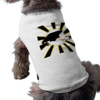 La inclinación del casquillo del graduado con la e camisa de perrito
