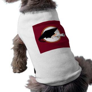 La inclinación del casquillo del graduado con la e camisetas de perrito