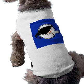 La inclinación del casquillo del graduado con la e ropa de perros