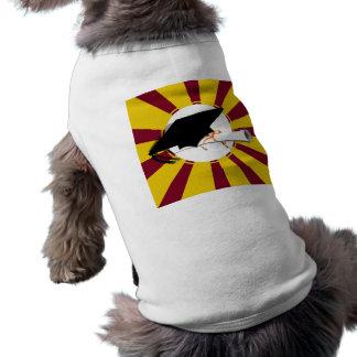 La inclinación del casquillo del graduado con la e camiseta de perrito