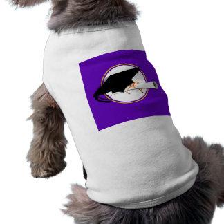 La inclinación del casquillo del graduado con la e camiseta de perro