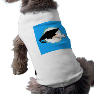 La inclinación del casquillo del graduado con la e camisas de mascota
