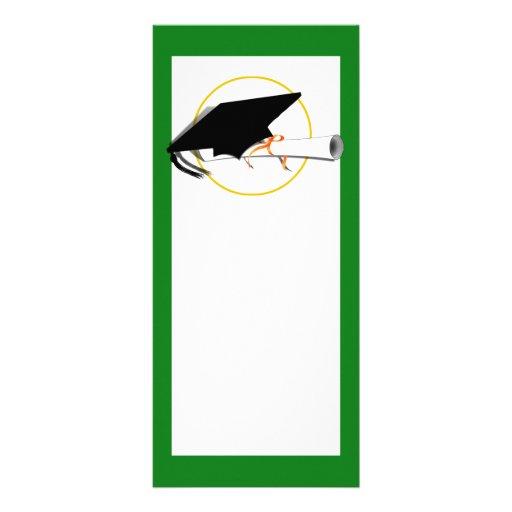 La inclinación del casquillo del graduado con la e tarjeta publicitaria a todo color