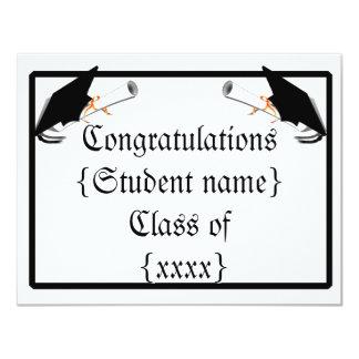 La inclinación del casquillo del graduado con la invitación 10,8 x 13,9 cm
