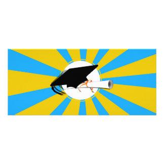 La inclinación del casquillo del graduado con la tarjeta publicitaria personalizada