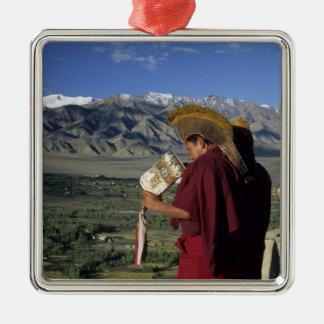 La India, Ladakh, Thikse. Soplos del monje budista Adorno Cuadrado Plateado