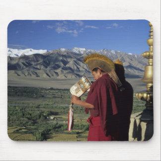 La India, Ladakh, Thikse. Soplos del monje budista Tapetes De Raton