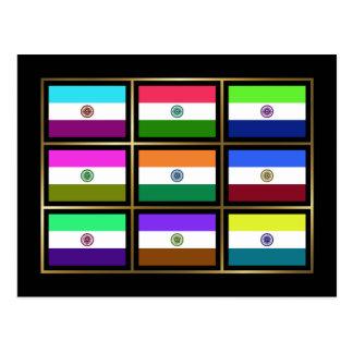 La India Multihue señala la postal por medio de un