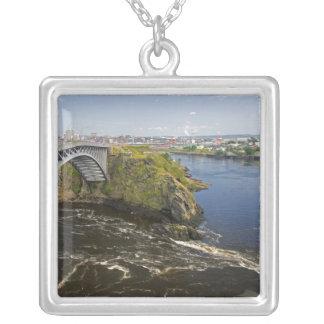 La inversión cae en el río de St. John en el St. Colgante Cuadrado